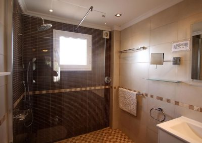 Ground floor en suite bathroom